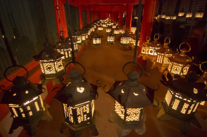 本堂回廊の釣灯籠
